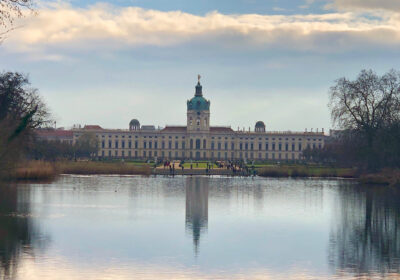 Blick über den See auf das Schloss